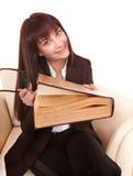 La giovane bella donna ha letto il libro. Immagini Stock