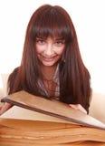 La giovane bella donna ha letto il libro. Fotografia Stock