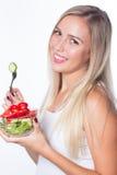 La giovane bella donna mangia l'insalata di verdure Cibo sano per essere nella forma Fotografia Stock Libera da Diritti