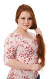 La giovane bella donna pettina i capelli rossi lunghi Immagini Stock Libere da Diritti