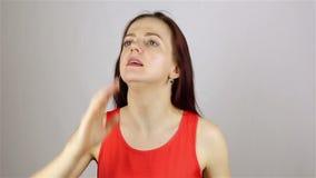La giovane bella donna rilascia una dichiarazione rumorosa, gesto stock footage