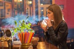 La giovane bella donna si rilassa in night-club Fotografia Stock