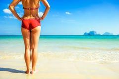 La giovane bella donna si rilassa sulla spiaggia Fotografia Stock