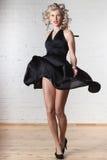 La giovane bella donna sta ballando. Fotografie Stock Libere da Diritti