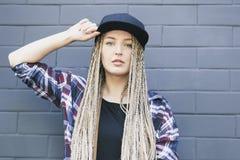 La giovane bella donna sta tenendo il suo cappuccio Fotografie Stock Libere da Diritti