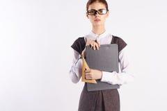 La giovane bella donna in vetri su antecedenti bianchi, insegna a, insegnante, Fotografia Stock Libera da Diritti