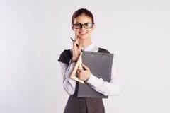 La giovane bella donna in vetri sugli antecedenti bianchi, insegnante, insegna a, direttore, Fotografia Stock Libera da Diritti