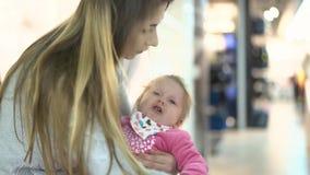 La giovane bella madre alimenta il suo bambino video d archivio