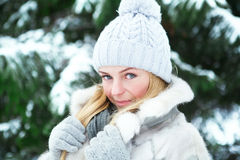 La giovane, bella ragazza, è fotografata nell'inverno freddo in parco fotografia stock libera da diritti