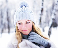 La giovane, bella ragazza, è fotografata nell'inverno freddo in parco fotografia stock