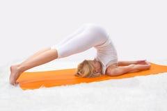 La giovane bella ragazza è impegnata nell'yoga Fotografie Stock