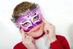 La giovane bella ragazza allegra in una mascherina luminosa Fotografia Stock Libera da Diritti