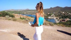 La giovane bella ragazza cammina sulla collina stock footage