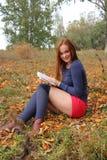 La giovane, bella ragazza che tiene un libro aperto, ha letto Fotografia Stock Libera da Diritti