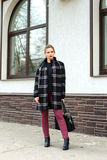 La giovane bella ragazza con la borsa alla moda sta stando sulla s Fotografie Stock Libere da Diritti