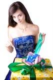 La giovane bella ragazza con un contenitore di regalo Immagini Stock Libere da Diritti