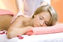 La giovane bella ragazza ha una sessione di massaggio fotografia stock libera da diritti