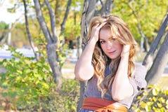 La giovane bella ragazza in legno di autunno Fotografia Stock Libera da Diritti
