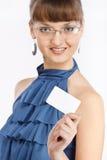 La giovane bella ragazza mostra un biglietto da visita Fotografia Stock Libera da Diritti