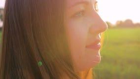 La giovane bella ragazza nel campo esamina il tramonto Chiuda sul colpo Movimento lento video d archivio