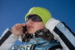 La giovane bella ragazza parla dal telefono Fotografia Stock Libera da Diritti