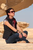 La giovane bella ragazza prende un bagno del sole in mezzo al deserto bianco stupefacente vicino all'oasi di Farafra nell'Egitto Fotografie Stock
