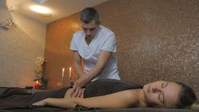 La giovane bella ragazza sta rilassandosi dopo il massaggio nella stazione termale archivi video