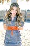 La giovane bella ragazza sul litorale della sabbia vicino ad una palma Fotografia Stock
