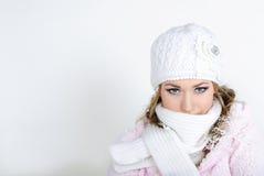 La giovane bella ragazza in una protezione bianca Fotografie Stock Libere da Diritti