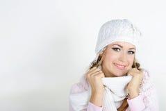 La giovane bella ragazza in una protezione bianca Fotografia Stock