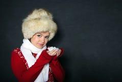 La giovane bella ragazza in una protezione della pelliccia ha controllo Immagini Stock Libere da Diritti