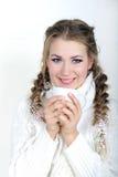 La giovane bella ragazza in una sciarpa bianca Fotografia Stock