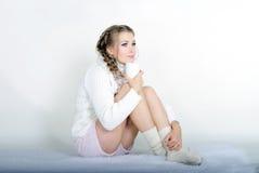 La giovane bella ragazza in una sciarpa bianca Immagini Stock Libere da Diritti