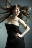 La giovane bella ragazza in vestito nero Immagine Stock Libera da Diritti