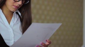 La giovane bella ragazza in vetri freelance lavoro video d archivio