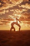 La giovane bella siluetta esile della donna pratica l'yoga sulla spiaggia Fotografie Stock Libere da Diritti