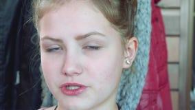 La giovane bionda dai capelli lunghi esamina tranquillamente la macchina fotografica e dice video d archivio