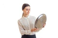 La giovane cameriera di bar che tiene un grande vassoio rotondo per mangiare Fotografia Stock Libera da Diritti