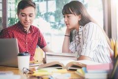 La giovane città universitaria degli studenti aiuta l'amico che prende e che impara Immagine Stock Libera da Diritti