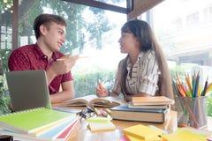 La giovane città universitaria degli studenti aiuta l'amico che prende e che impara Fotografie Stock