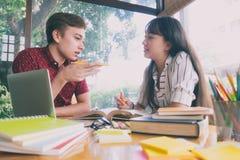 La giovane città universitaria degli studenti aiuta l'amico che prende e che impara Immagini Stock