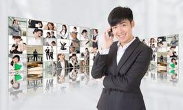 Giovane conversazione dell'uomo d'affari sul telefono Fotografie Stock