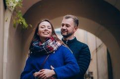 La giovane coppia abbraccia fuori Immagini Stock Libere da Diritti