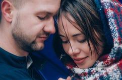La giovane coppia abbraccia fuori Fotografie Stock