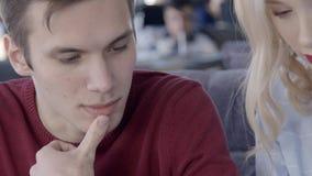 La giovane coppia adorabile sta avendo una conversazione in ristorante alla moda, movimento lento video d archivio