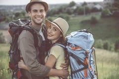 La giovane coppia allegra sta abbracciando all'aperto Fotografie Stock Libere da Diritti