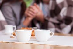 La giovane coppia amorosa allegra sta riposando in caffè Fotografia Stock