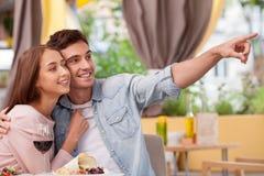 La giovane coppia amorosa attraente sta riposando dentro Immagine Stock Libera da Diritti