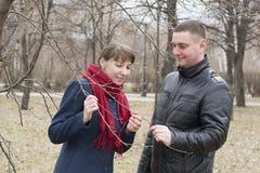 La giovane coppia amorosa cammina nel parco Fotografie Stock Libere da Diritti