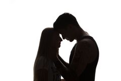 La giovane coppia attraente sensuale appassionata nell'amore, uomo accarezza il collo della donna, ritratto in bianco e nero isol immagine stock